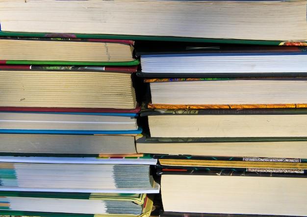 Molti nuovi libri su uno scaffale. sfondo di libri