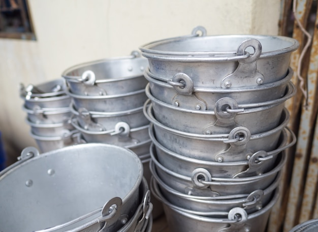 Molti vecchi secchielli per il ghiaccio in alluminio erano in attesa di essere utilizzati.