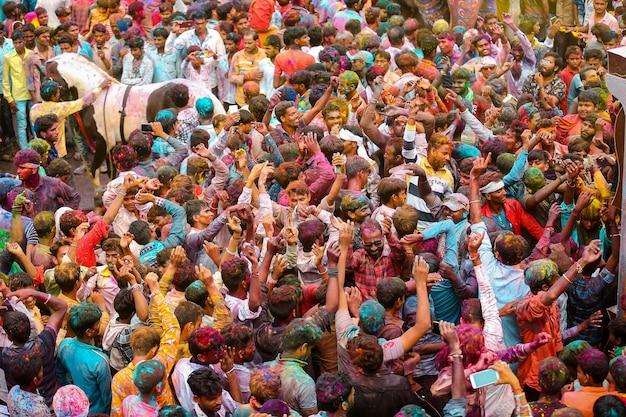 Molte persone lanciano vernice in polvere nell'aria holi festival foto premium