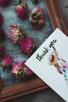 Molte rose rosa e un biglietto di ringraziamento