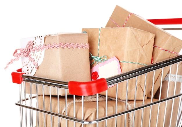 Molte scatole presenti nel carrello della spesa isolato su bianco