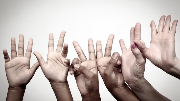 Molti hanno alzato le mani espressive dei bambini di fila. gesti emozioni