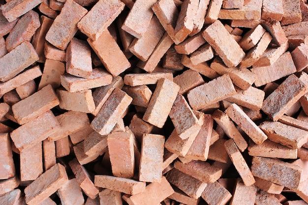 Molti mattoni rossi