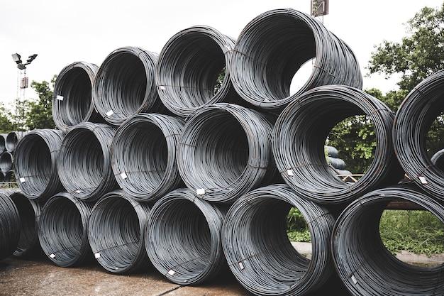 Molte nervature in acciaio accatastate insieme industria fonderia di ferro