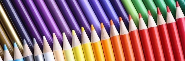 Molte matite multicolori di legno taglienti del fondo del primo piano