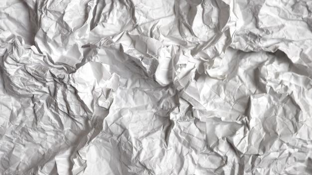 Molti fogli di carta stropicciata con messa a fuoco selettiva