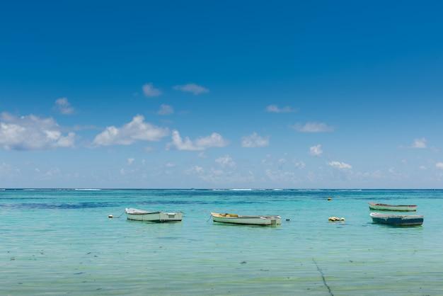Molte piccole barche si avvicinano alla costa dell'oceano indiano