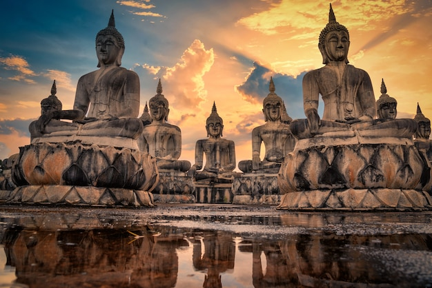 Molte immagini di statua del buddha al tramonto nel sud della thailandia