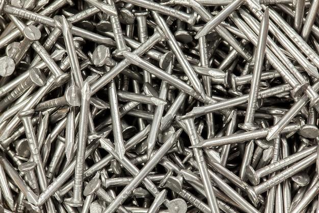 Molti chiodi d'acciaio