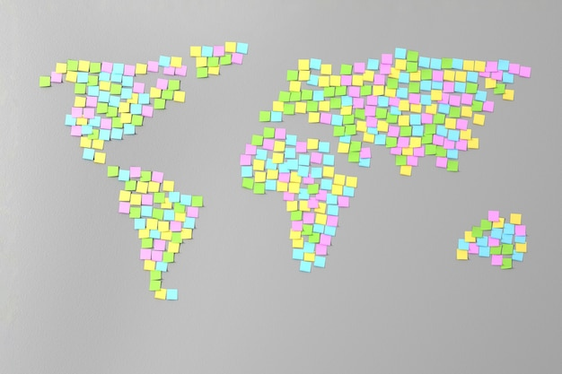 Molti adesivi incollati sul muro sotto forma di sagome di continenti illustrazione 3d