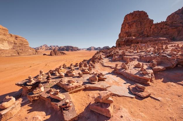 Molte piramidi di pietra nel deserto del wadi rum giordania