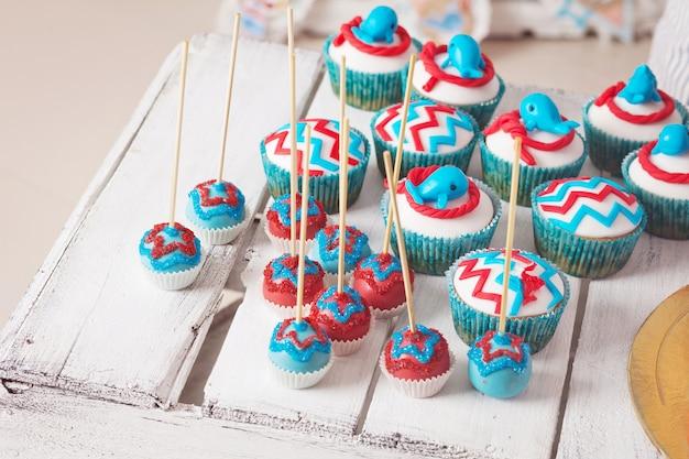 Molti dolci torta di compleanno si apre sulla scatola di legno