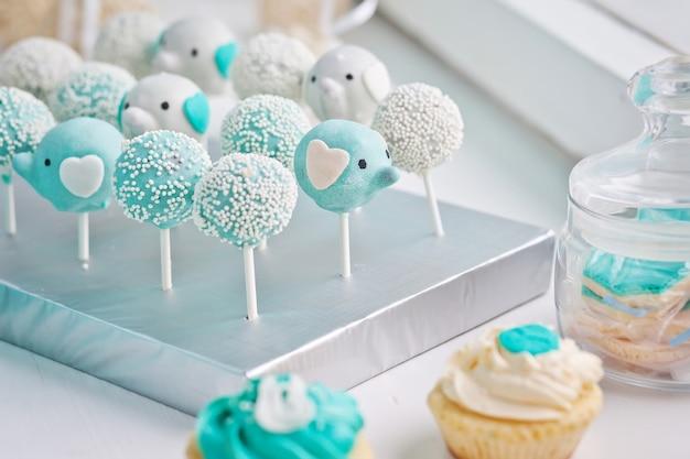 Molti dolci pop di torta di compleanno