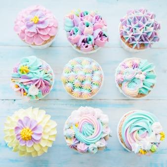 Molti dolci cupcakes di compleanno con crema di fiori e burro
