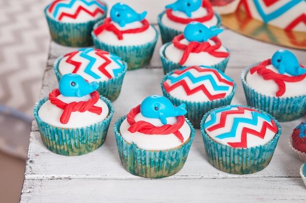 Molti dolci cupcakes di compleanno