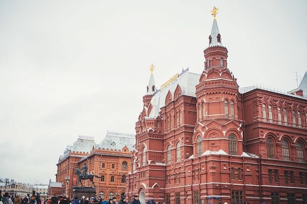 Molti turisti camminano sulla piazza rossa. museo storico sede