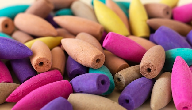 Primo piano colorato naturale molti coni di incenso