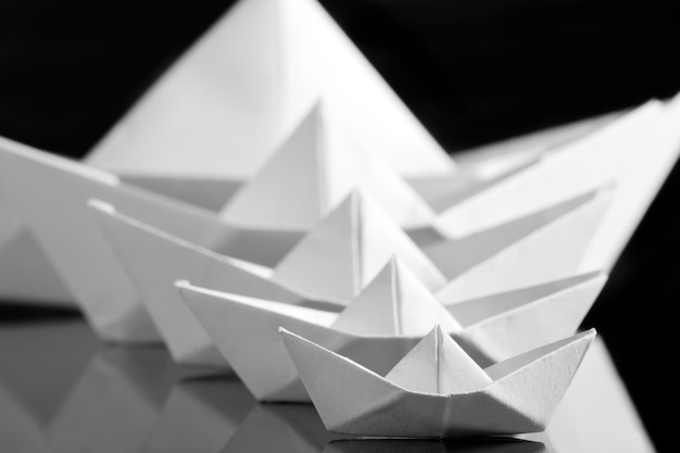 Molte barche di carta bianca