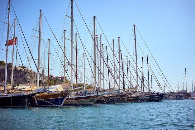Molti yacht e barche vista del porticciolo di bodrum in una soleggiata giornata estiva