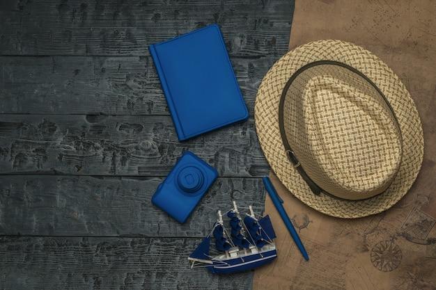Mappa e accessori da viaggio su un tavolo di legno. il concetto di pianificazione del viaggio.