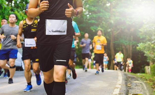 Maratona, le persone corrono per strada, le persone si stanno muovendo