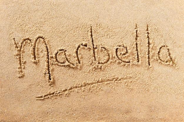 Messaggio di scrittura sulla spiaggia estiva di marbella