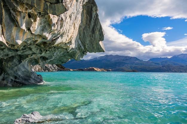 Grotte di marmo (capillas del marmol), lago general carrera, paesaggio del lago buenos aires, patagonia, cile