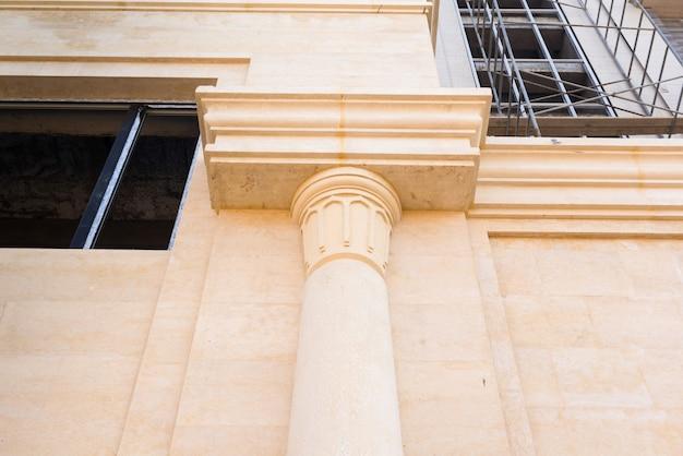 Colonna di marmo di un edificio in costruzione, dettagli