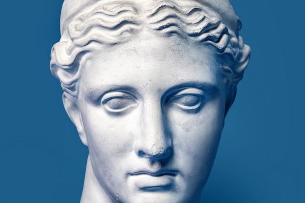 Testa di marmo della giovane donna, busto della dea del greco antico isolato. copia di gesso di una statua di diana testa