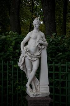 Scultura in marmo della dea della gloria di pietro baratta nel giardino estivo, san pietroburgo, russia