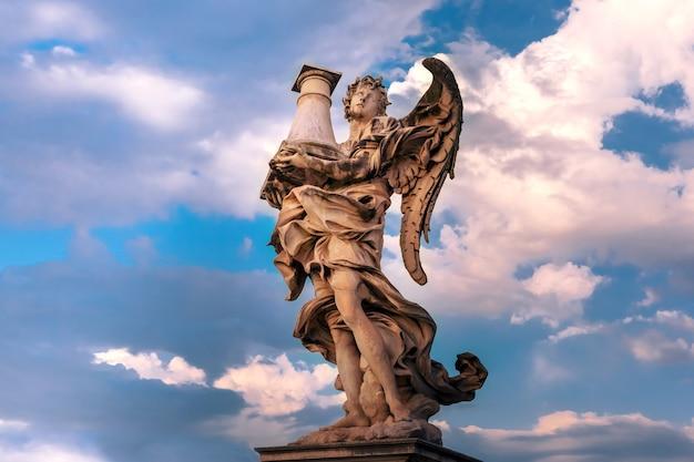 Statua in marmo di angelo con la colonna al tramonto, uno dei dieci angeli sul ponte sant'angelo, simboli della passione di cristo, roma, italia