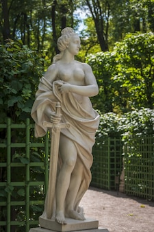 Statua in marmo della giustizia di pietro baratta nel giardino estivo, san pietroburgo, russia