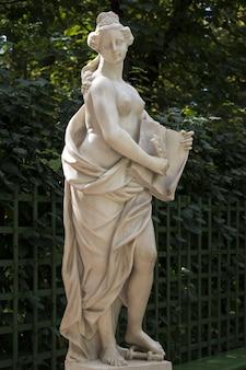 Statua in marmo della misericordia (clementia) di pietro baratta nel giardino estivo, san pietroburgo, russia