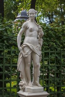 Statua in marmo di pomonna di cabianca f nel giardino estivo, san pietroburgo, russia