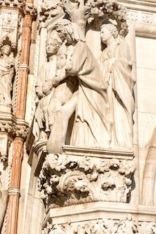 Statua in marmo, scultura in piazza san marco a venezia, italy