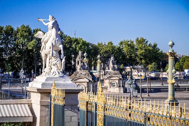 Statua in marmo e il cancello d'ingresso del giardino delle tuileries, parigi