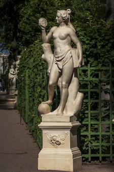 Statua in marmo di veritas di marino groppelli nel giardino estivo, san pietroburgo, russia