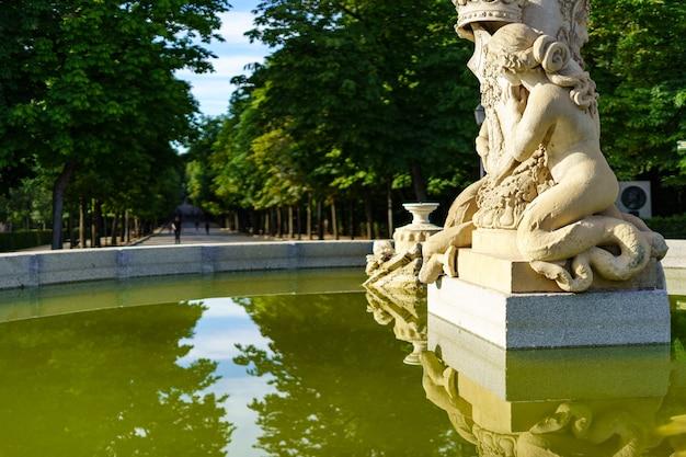 Statua in marmo nella fontana nel parco pubblico del retiro a madrid.