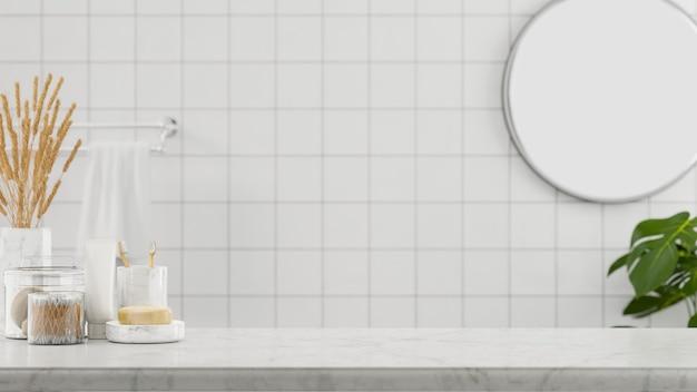 Piano del tavolo in marmo e spazio mockup per il montaggio su uno sfondo del bagno minimalista e pulito
