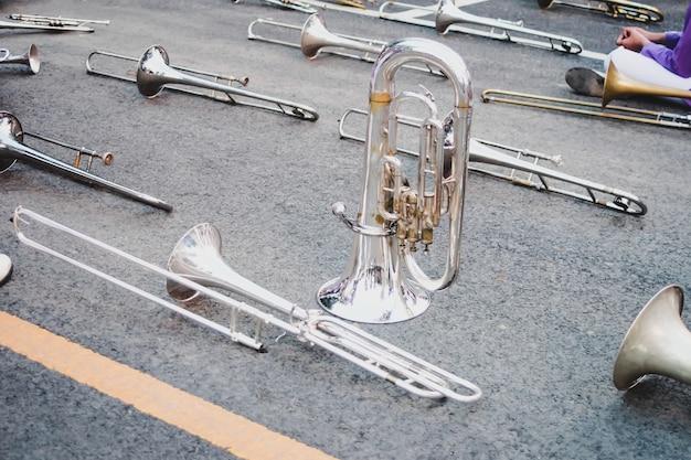 Strumenti musicali in trombone in marcia perfetti per bande musicali.