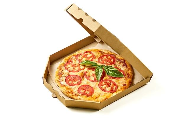 Pizza margherita con pomodori, salsa e formaggio fuso, lati croccanti isolati su sfondo bianco