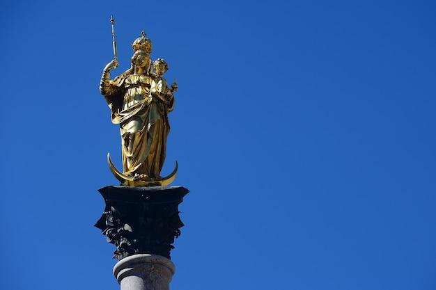 Colonna mariana sulla marienplatz a monaco di baviera, in tedesco