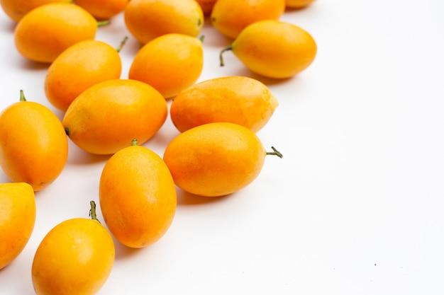 Frutta della prugna mariana isolata su bianco