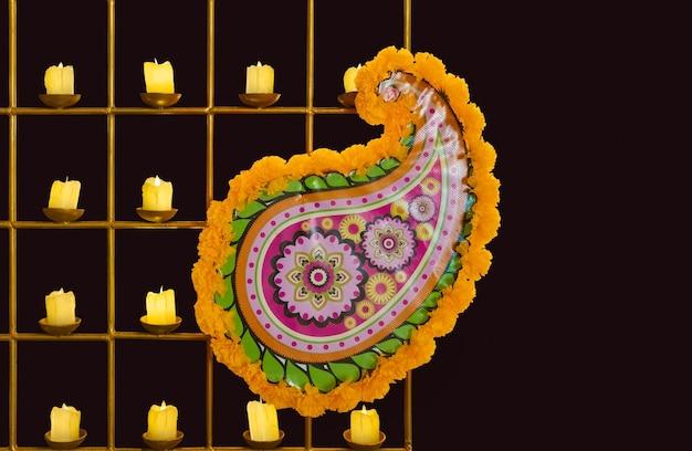 Ghirlanda di calendula e decorazioni nel festival di diwali
