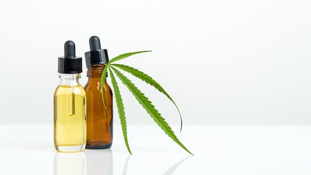 Marijuana.cannabis cbd estratti di olio in vasetti di erbe sfondo bianco. marijuana medica di concetto.