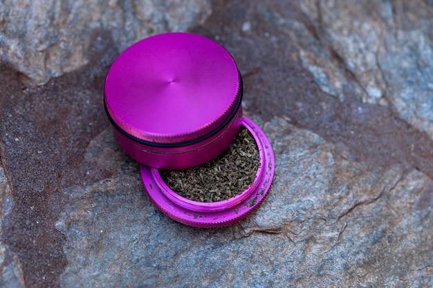 Marijuana macinata all'interno del macinino per fare la canna.