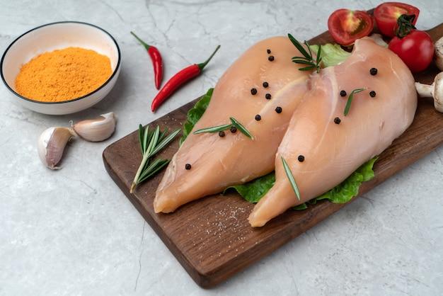Marinare il petto di pollo fresco sul tagliere