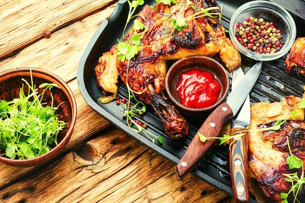 Carne di pollo alla griglia marinata