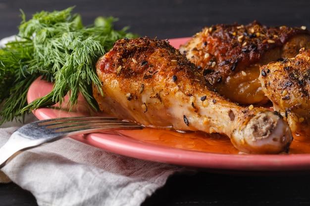 Petti di pollo sani alla griglia marinati cotti in un barbecue estivo e serviti con erbe fresche