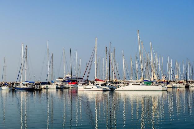 Parcheggio marittimo di barche e yacht